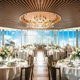≪ONEce≫ナチュラルになりがちな木の質感をミッドセンチュリー風に仕上げた空間は、カリフォルニアのセレブなリゾート地パームスプリングをイメージしたもの。128名着席と大規模なパーティが可能。