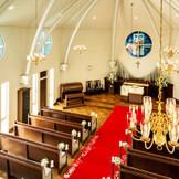 礼拝堂へ続く扉の前に立つ瞬間の嬉しさや、バージンロードを歩むときの歓びを感じることができる