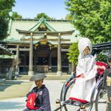 挙式を行う神社までは人力車に乗って向かいます。温かな浅草の街では、沿道から「おめでとう!」と祝福されます♪
