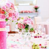花々に囲まれたテーブルが可愛いパーティ会場