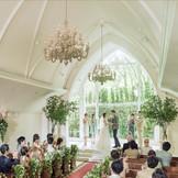 森の教会では祭壇から優しい木漏れ日が降り注ぎ、温かな挙式が叶います