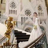 チャペルをバックにドレス姿を撮影するフォトスポットとして人気の螺旋階段。