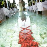 2000本のバラが敷き詰められたガラスのバージンロード12m