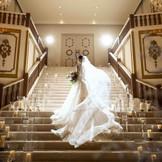 階段からのサプライズ入場はもちろん、圧巻の大階段では、前撮りや集合写真もおすすめ