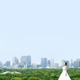 広大な空と皇居の緑につつまれて