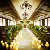 木の温もりを感じる全天候型のチャペル。祭壇には滝が流れ、優しい水音とオルガンの音色が美しく響き渡る