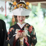 縁結びの神様を祀る川越氷川神社で厳かな神前挙式を。三つの盃で互いにお神酒を交わし、夫婦の絆を深める『三献の儀』で、結婚を実感するカップルも多い。