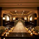 温かなキャンドルの灯りが幻想的なチャペルでは、ピアノの音と、シンガーの歌声が大理石の柱に響く。 教会式はもちろん、オリジナル人前式も可能 90名着席可能