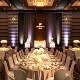 【SENDAIホテルテイスト/150名様迄】 重厚でありながらも華やかに輝く王道のスタイル。 広い世界の中でおふたりのために集うゲストと過ごす、贅沢で洗練された空間を表現。