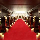花嫁が一目惚れする、22メートルの真紅のバージンロードが印象的なチャペル