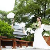 酒心館の長屋門を入ってすぐのところにあるお庭で挙式。
