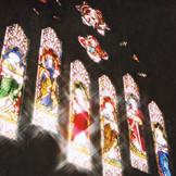 ステンドグラスからの光は季節時間により趣がかわる