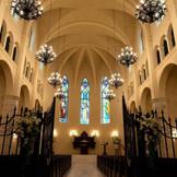 響き渡るチャーチオルガンとハープの音色。祭壇へと続く石畳のヴァージンロード。祝福の物語をつなぐステンドグラスの荘厳な光。中世ヨーロッパの薫り漂う大聖堂が、感動のセレモニーの舞台です。
