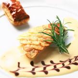 ジャガイモを薄くスライスし一枚ずつお魚のウロコに見立て表面をパリッと焼き上げたお魚料理。 スペシャリテが次々とテーブルに運ばれる。