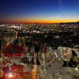 地上220M の眺望は圧巻です 明るい光が降り注ぐ昼、宝石を敷き詰めた様な夜 どちらがご希望でしょうか。