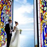 挙式のクライマックスにはステンドグラスが開き、永遠に続く海が目の前に