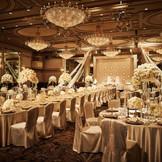 宮殿の晩餐会を思わせる、華やかで贅沢な空間。