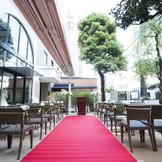 この春リニューアルされた別館1階のレストラン「In the Garden 135」に隣接する全天候型ガーデンでは、緑あふれるガーデン挙式が可能。