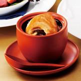 """""""幸福がいっぱいの壷煮""""は大きなふかひれがたっぷり堪能できる、もっとも美味しいと評判の一品。"""