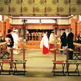 80名まで参列できる広い神殿。ふたりが向かい合う「参献の儀」は伝統に則った正統な形で行われる