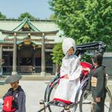 挙式を行う神社までは人力車に乗って向かいます。 温かな浅草の街では、沿道から「おめでとう!」と 祝福されます♪
