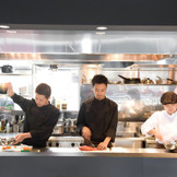 躍動感溢れるシェフの調理シーンが繰り広げられるオープンキッチン。食材を焼く香りも会場に漂い、料理への期待が高まる!