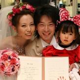 家族3人で☆お子様の手形が、お二人の結婚の証人サインに!
