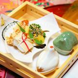 お献立内容は季節の食材を取り入れた、祝八寸から御凌ぎ、吸物、向付、鯛の姿焼き、と上品な婚礼会席料理が並びます。