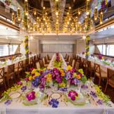 トロピカルで色鮮やかなお花に囲まれ、リゾート感を満喫できる「船内披露宴」。 ゲストの皆様との距離も近く、アットホームなひとときをお過ごしいただけます。クルーザーを贅沢に貸しきって、 ここにしかない結婚式を実現させませんか。
