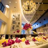 他のクルーズウェディングと違う最大の特徴は、陸上にも本格フレンチレストランを併設していること。 レストラン「CLUB HOUSE」は船をモチーフにしたモダンな内装と落ち着いたインテリアで、お食事はゆっくり楽しみたいという方は特に喜ばれます。