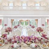 白を基調とした会食会場にはどんなコーディネートもマッチ。ピンク色のお花で可愛らしく飾り付けるのもおススメ!