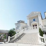 チャペル前の白亜の大階段では、フラワーシャワーやバルーンリリースなどの演出が人気!