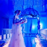 幸せを願うサムシングブルー。青いきらめきが反射するガラスのバージンロードを進む花嫁は、天の川を渡る白鳥のよう。