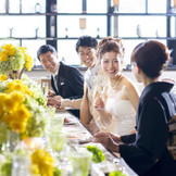 ゲストと距離が近い会食スタイルで、家族と友人たちに感謝を伝えて