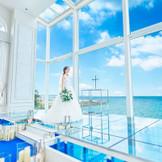 ガラスでできている祭壇の下には水が流れ、まるで海に浮かんでいるかのように感じる祭壇