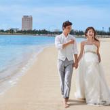 会場から徒歩3分の所にある潮が引いている時にだけ現れる特別なビーチ「幻のビーチ」で執り行えるビーチ挙式やビーチフォトで、ゲストとの想い出の時間を形に残せる