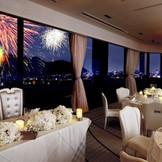 ホテルの目の前の長良川では花火が打ちあがります。絶景の眺めの中で叶うナイトウェディングも人気です。