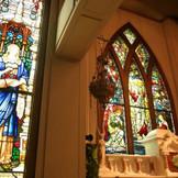 聖ペトロ教会のステンドグラスの芸術性の高さは、ぜひ目に焼き付けて。
