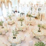 アイボリーの空間にピンクの装花を飾れば、大人可愛い空間に!憧れの階段入場やBGMに合わせて会場全体を彩る最新の映像演出の「ムービングライト」など、パーティはサプライズの連続