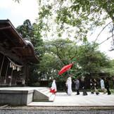 【彌高神社】巫女の先導のもと大きな和傘を差し参道の石畳を静々と踏みしめながら行う参進の儀