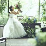 木漏れ日の下ではフォトジェニックな光景がたくさん生まれ、ふとした時間も美しく輝く花嫁に