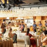 壁一面に広がるオープンキッチン。五感を刺激するパフォーマンスもゲストへのおもてなしに