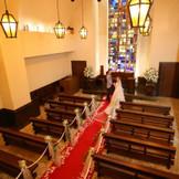【聖テオドシオ教会】エーゲ海ミコノス島に実際にあったチャペルを再現したもの。温かな色合いの空間で温かな挙式を