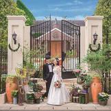 白亜の門にレンガ造りのチャペル。一軒家の邸宅がたたずむ空間を一日一組様貸切でご利用頂けます