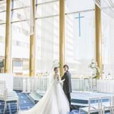 純白のドレスが映えるロイヤルブルーのバージンロード