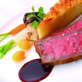 お肉本来の旨味を活かしたメイン料理♪ 甲州ワインビーフ背肉のロースト ソース マルシャン・ド・ヴァン仏「ゲランド産の塩」を添えて