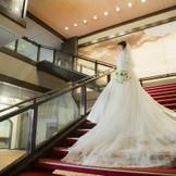 ドレスのトレーンを活かし、階段ならではのフォト撮影もおすすめ