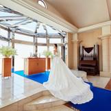 ブルーのバージンロードで凛とした花嫁を演出。