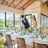窓から見える自然に囲まれた景色を楽しみながら、挙式後はゆったりとお食事会を。