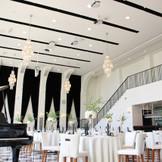 天井が高く、大きな階段があるゆったりとした披露宴会場「カーサ・ディ・ジェナ」